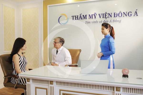 Bác sĩ tiến hành tư vấn tại thẩm mỹ viện Đông Á.