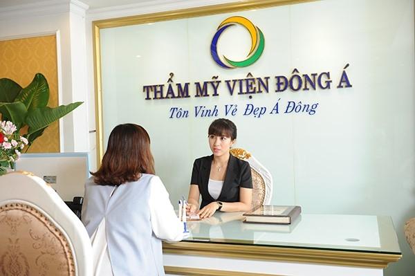 Tư vấn khách hàng tại thẩm mỹ viện Đông Á