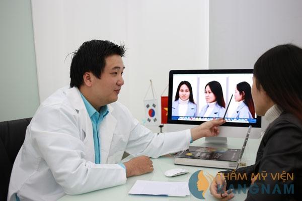 Chuyên gia hàn tư vấn cho khách nhu cầu nâng mũi