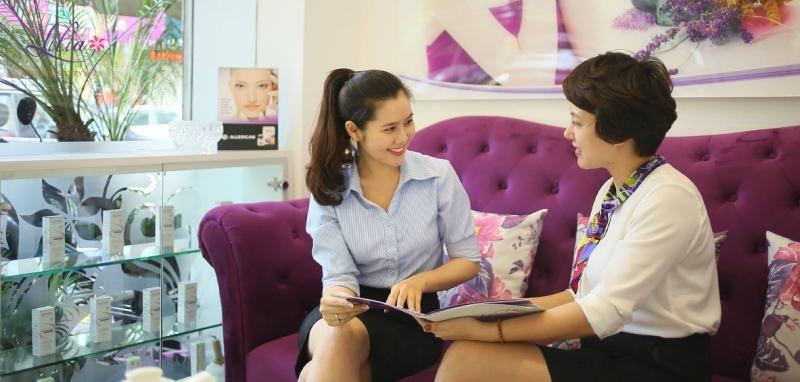 Thẩm mỹ viện Lilia tiến hành tư vấn cho khách hàng.