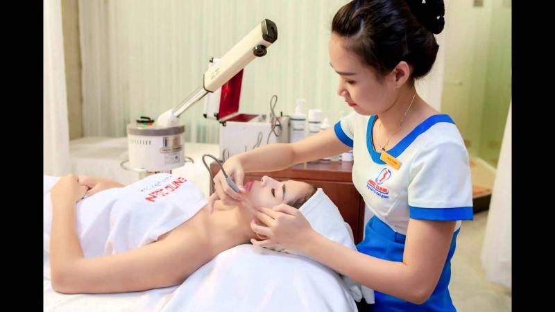 Nhân viên TMV Ngọc Dung chăm sóc da cho khách hàng