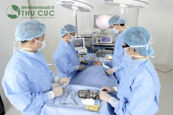 Bác sĩ Thu Cúc tiến hành căng da mặt nội soi