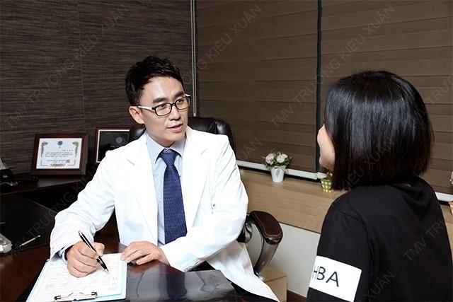 Bác sĩ Seo Dong Wan đang tư vấn triệt lông cho khách hàng