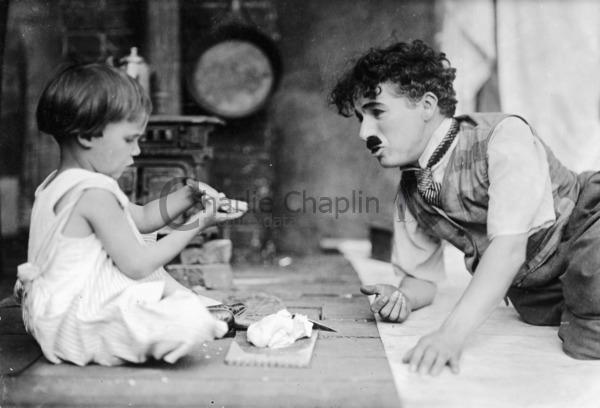 Jackie Coogan và Charlie Chaplin trên trường quay The Kid
