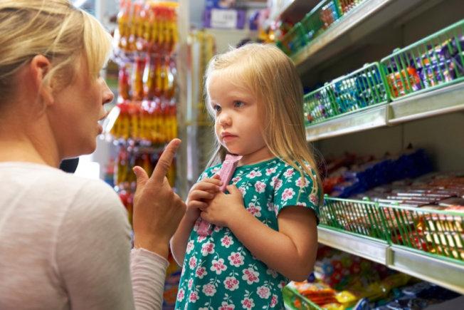 Trẻ luôn mè nheo, đòi hỏi khi cùng bố mẹ đi siêu thị, cửa hàng.