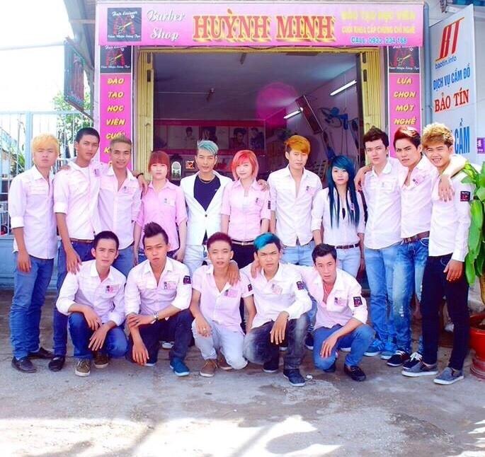 Đội ngũ thợ cắt tóc của salon Huỳnh Minh