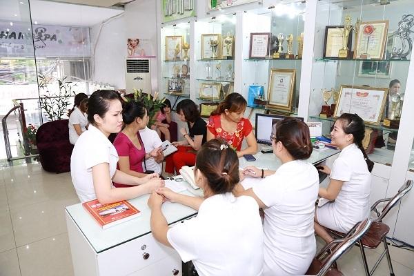 Khách hàng nghe tư vấn tại Thanh Hải Spa