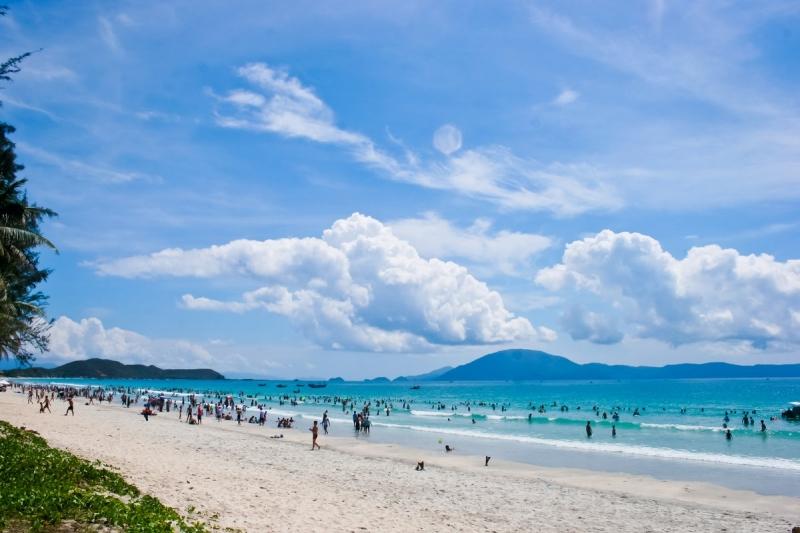 Biển Thiên Cầm thu hút một lượng khách du lịch mỗi năm.