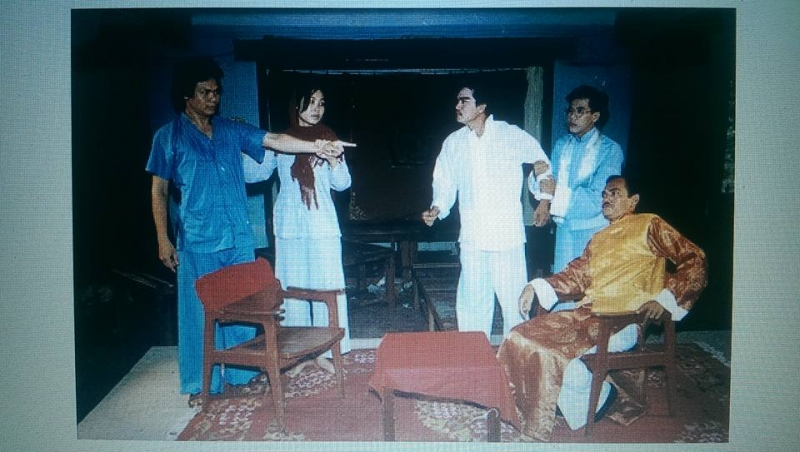 Nghệ sĩ ưu tú Thành Lộc (người đeo kính từ phải qua trái) vai Chu Xung trong vở Lôi Vũ