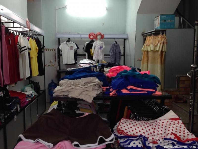 Thanh lý quần áo con không còn mặc được cho các tiệm mua đồ cũ.