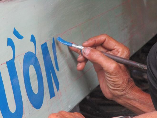 Những biển hiệu xinh xắn được vẽ tỉ mẩn bằng đôi tay của những người thợ