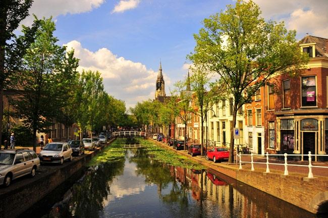 Delft là tên của một thành phố nhỏ đẹp mang vẻ đẹp thơ mộng được bao bọc bởi hệ thống các kênh đào
