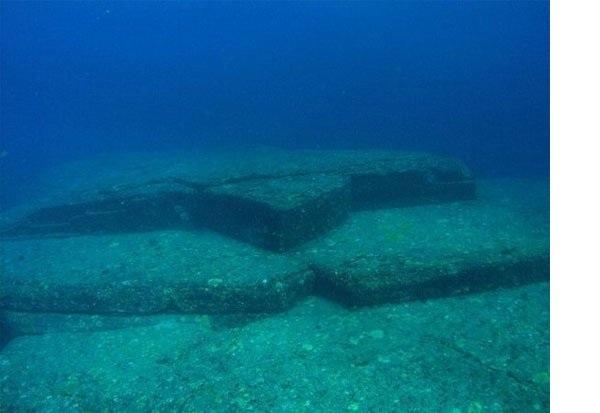 Điểm đem ra tranh luận ở đây là về những cấu trúc này dường như đã được trổ khắc ngay trong khối đá