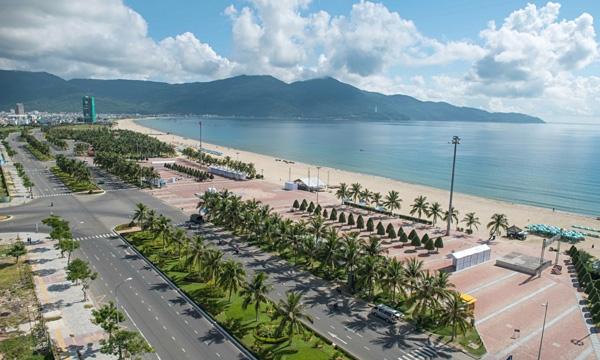 Bãi biển Nha Trang lung linh trong nắng