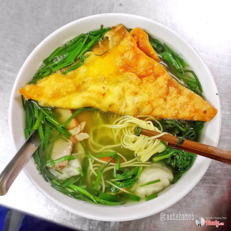 The bowl of noodles is quite large here, filled with attractive foods. The most attractive is the golden fried fried dumpling, which is nearly half a bowl deep inside, filled with meat and extremely delicious.