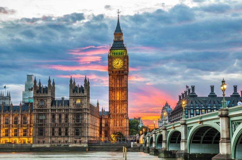 Tháp đồng hồ Big Ben bên bờ sông Thames