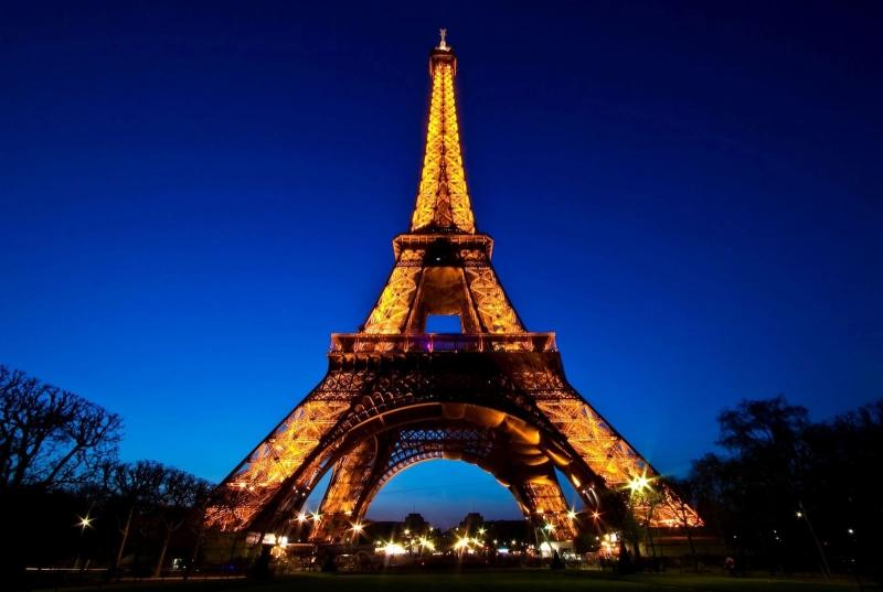 Tháp Eiffel vào ban đêm.