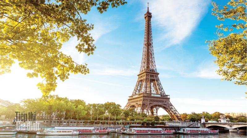 Tháp Eiffel chụp vào ban ngày.