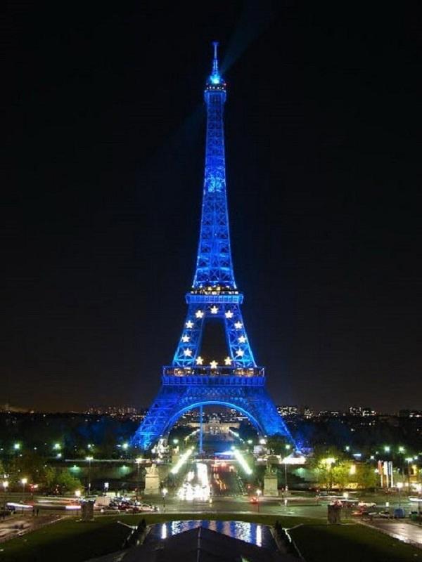Tháp Eiffel sáng về đêm cùng với sự kiện mừng năm mới
