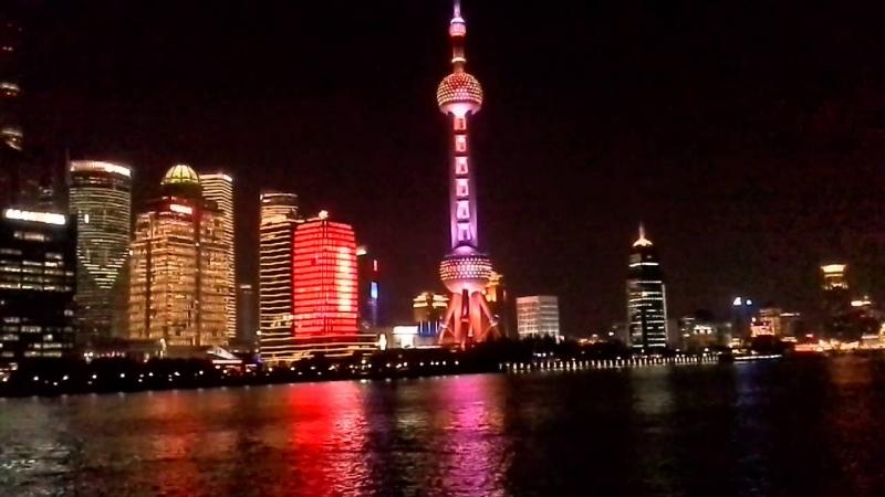 Vẻ đẹp rực rỡ và tráng lệ của tòa tháp trong màn đêm huyền ảo.