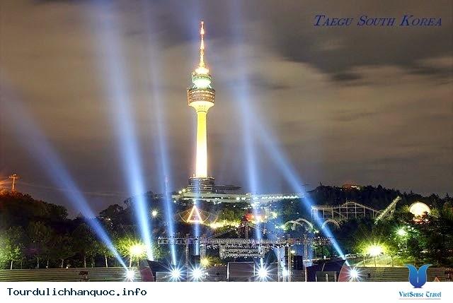 Tháp Woobang nổi bật trong đêm