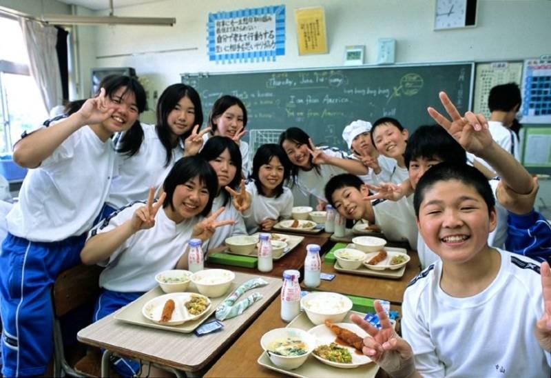 Thầy cô và học sinh cùng ăn trong lớp