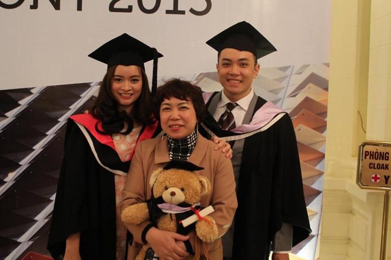 Thầy Đặng Trần Tùng (phải), mẹ (giữa) và vợ (trái)