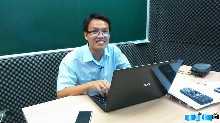 Thầy Đặng Việt Hùng – Chuyên gia ôn thi trực tuyến môn Vật lý
