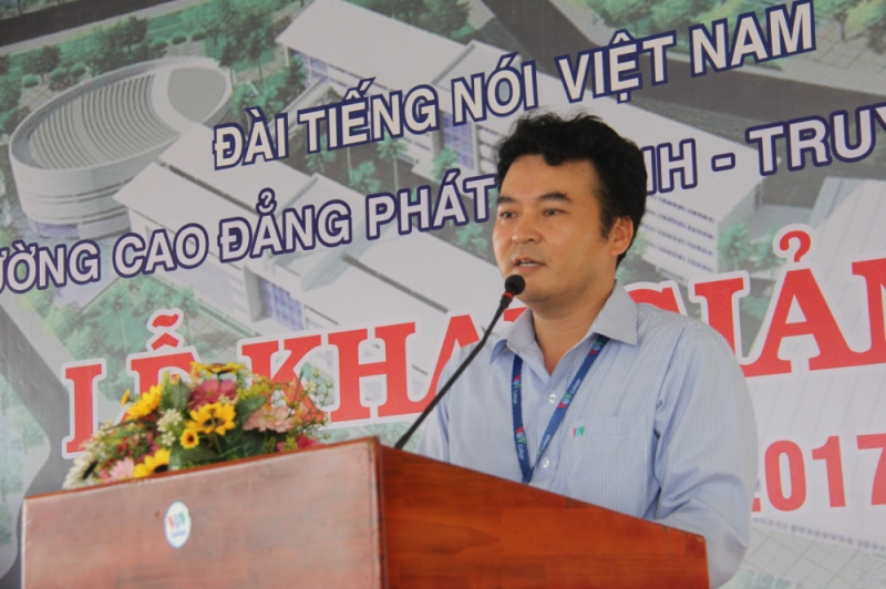 Thầy hiệu trưởng phát biểu tuyên bố khai giảng năm học mới.