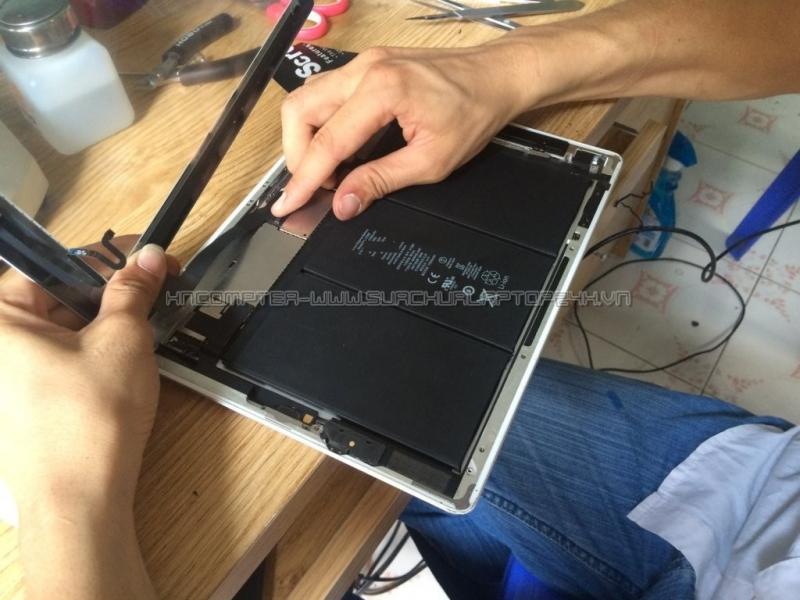 Kỹ thuật viên HNCOM thay màn hình cho iPad