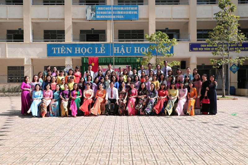 Tập thể giáo viên trường THCS Tam Hiệp