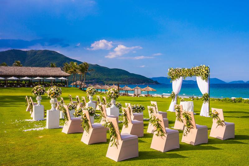 Đám cưới trên thảm cỏ hướng biển tại The Anam