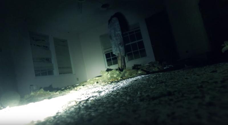 Người cảnh sát sẽ cảm thấy dám một mình bước vào căn nhà hoang là quyết định sai lầm.