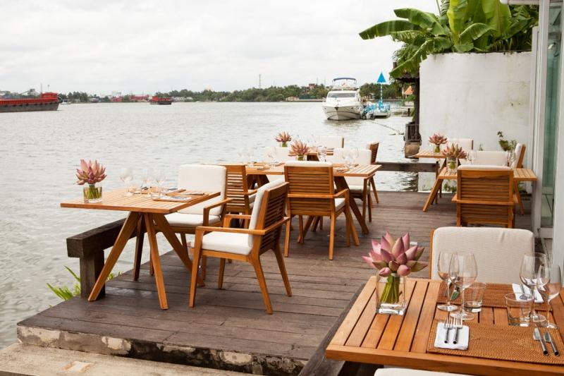 Khung cảnh rất nên thơ, thoáng mát tại The Deck Saigon