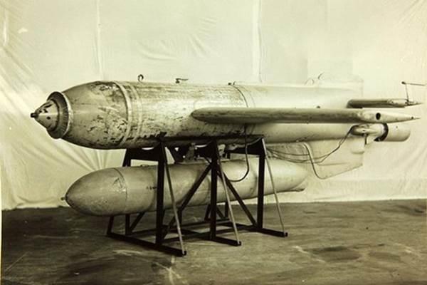 Bom  Fritz X Guided Anti-Ship Glide Bomb của Đức Quốc Xã trong chiến tranh thế giới thứ hai.