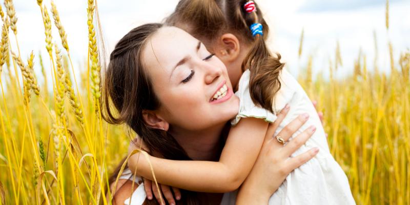 Thể hiện tình cảm với con trẻ