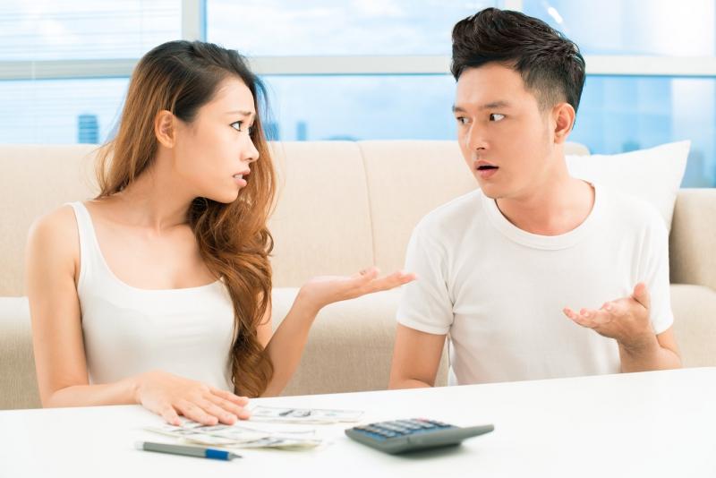 Không nên thích thể hiện với bạn bè trước mặt vợ