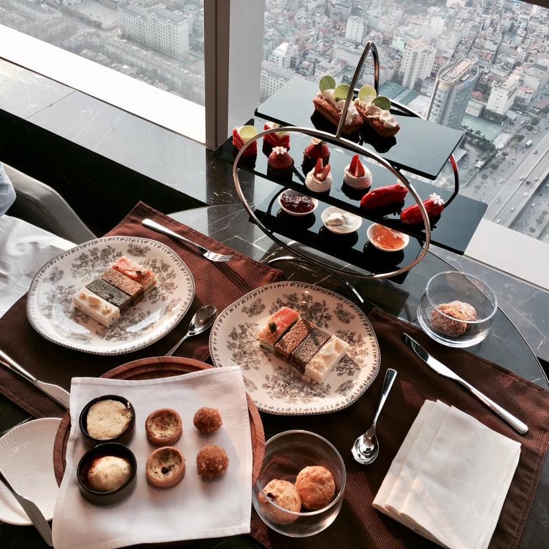 Còn gì tuyệt vời hơn khi vừa thưởng trà vừa ngắm cảnh Hà Nội phải không nào?