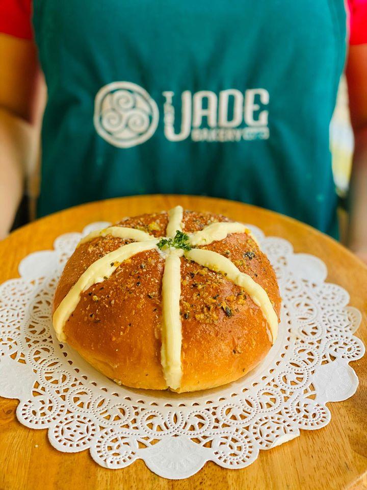 Kết hợp cùng bánh mì chính là phần sốt với Bơ Tỏi thơm nứt mũi và Phô mai loại cao cấp nhất cho cảm giác tan chảy, béo ngậy trong miệng.