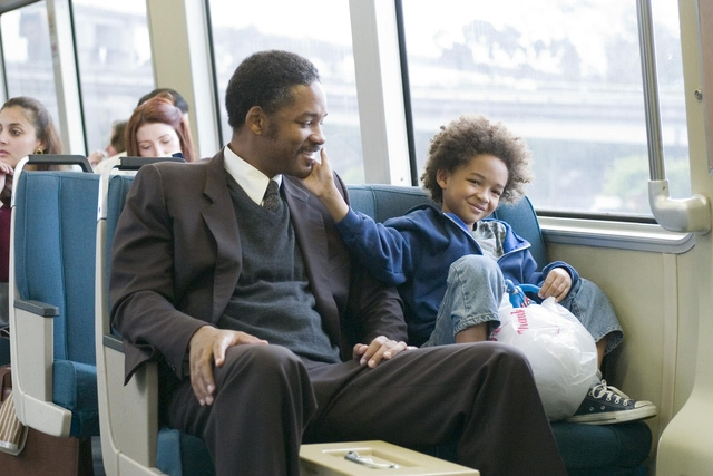 Will Smith và con trai Jaden Smith trong phim Pursuit of Happyness