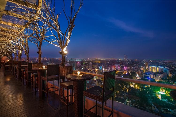 The Rooftop Bar Hanoi mang vẻ đẹp tuyệt mỹ nhờ những đường nét sang trọng và tinh tế