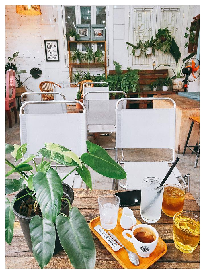 Với không gian kết hợp giữa cổ điển và hiện đại siêu dễ thương, The Rustic Coffee cũng là nơi cho ra đời của biết bao bức hình checkin sống ảo tuyệt vời