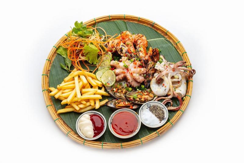 Các món ăn được nêm nếm và chế biến bởi đầu bếp chuyên nghiệp, tạo nên những mon ăn vừa đảm bảo hương vị, vừa đẹp mắt