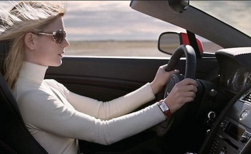 Thế Tứ linh trong xe hơi