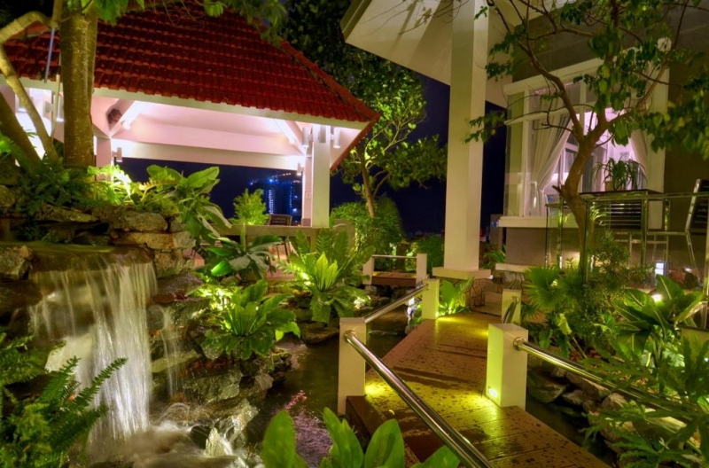 Sân vườn khách sạn vào ban đêm