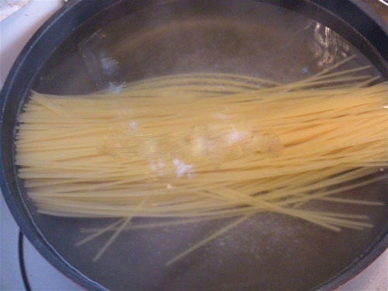 Không thêm dầu ăn khi luộc mì