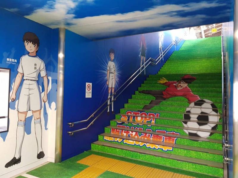 Nhà ga được trang trí nhân vật của Captain Tsubasa