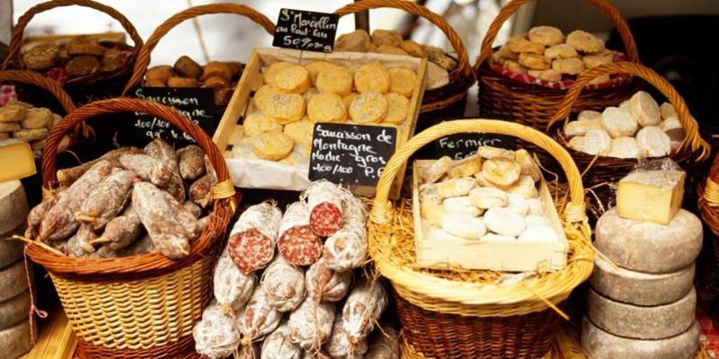 Các loại bánh được bày bán tại chợ thực phẩm trung tâm Les Halles của Lyon, Pháp