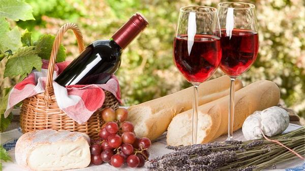 Đồng hành với món ăn này sẽ có ly rượu vang, giữ nhiệm vụ đánh thức tất cả các giác quan, là nguồn cung cấp năng lượng tràn trề.