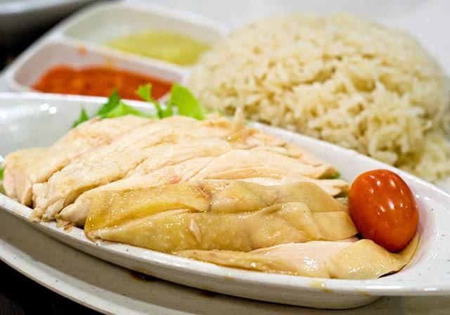 Với món cơm gà, bạn có thể tìm thấy ở hầu hết mọi nơi tại Singapore, từ các nhà hàng sang trọng đến các quầy hàng nhỏ trên phố.